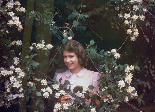 Filippo, i pettegolezzi e il pattinaggio: ecco le passioni della giovanissima Elisabetta II - VanityFair.it