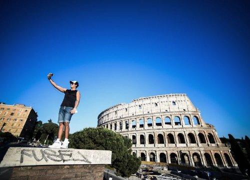 Roma, precipita da ponte Garibaldi per farsi una foto - VanityFair.it