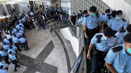 Hong Kong Police Raid Apple Daily Newsroom and Arrest Executives on National Security Grounds