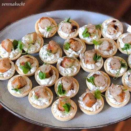 Mini Tartelettes mit Dill-Frischkäse & Grillwürsterln (oder) das perfekte Fingerfood