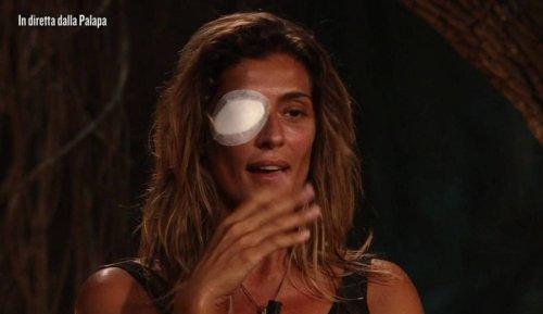 Elisa Isoardi lascia l'isola per la ferita all'occhio: dove verrà portata ora?