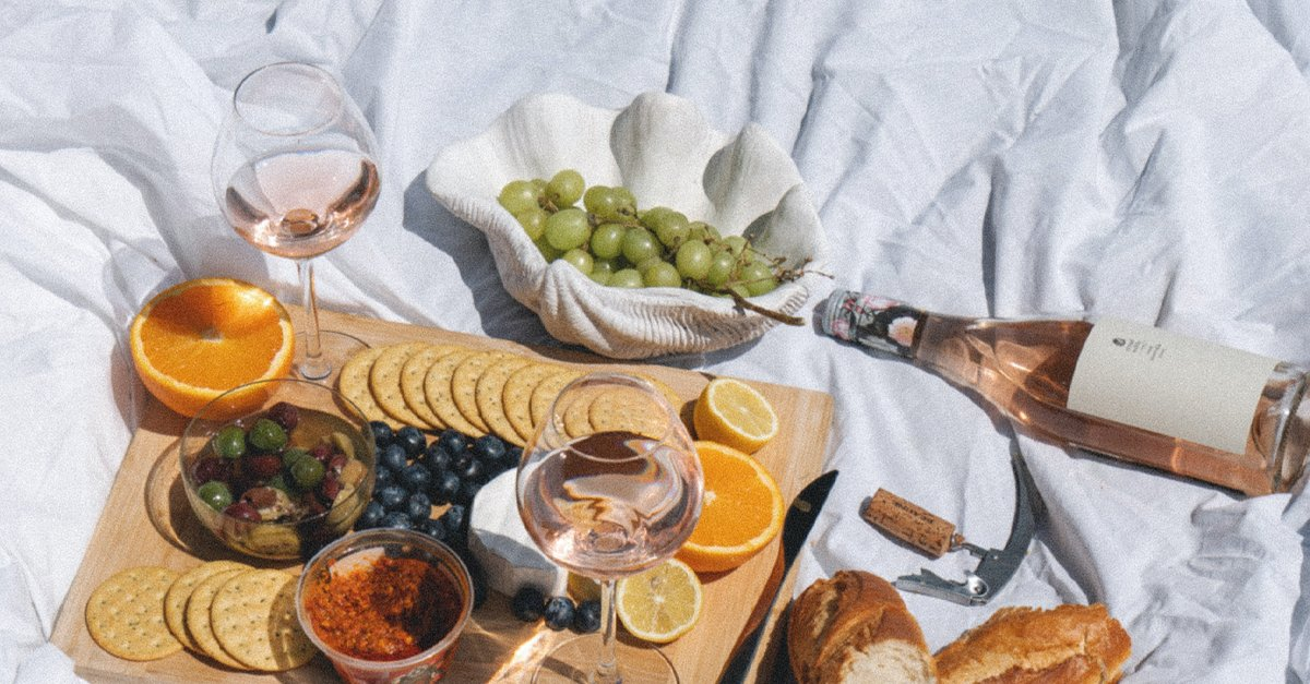 How to Pack a Boozy Summer Picnic [Infographic]
