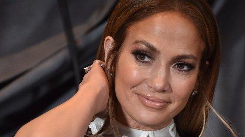 """Jennifer Lopez trägt """"Blunt Curtain Bangs"""" – und beweist, dass der Frisuren-Trend für jedes Alter geeignet ist"""