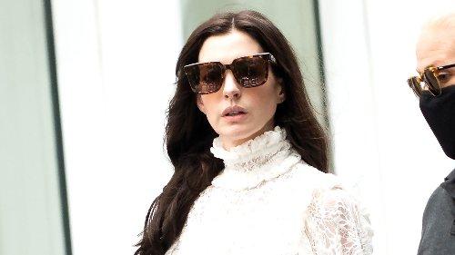 Anne Hathaway zeigt: Diese romantische Bluse ist die perfekte Kombination zu Flared-Jeans