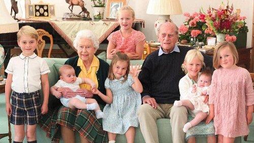 La Familia Real rinde un tierno homenaje a Felipe de Edimburgo con un posado inédito junto a sus bisnietos