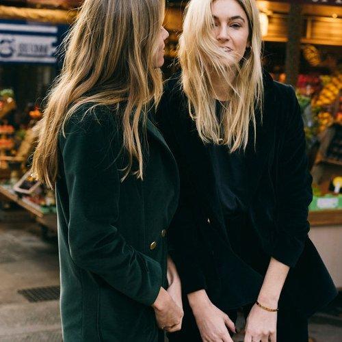 Camille Charrière et Monica Ainley pour Admise, les deux influenceuses les plus cool du moment se lancent dans la mode éco-responsable…