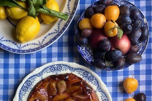 La recette de la tarte tatin aux pêches blanches de Skye McAlpine