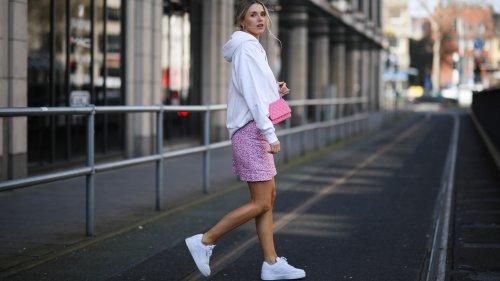Sneakers: come abbinarle alle gonne per la primavera