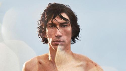 Adam Driver diventa un centauro per Burberry (e i social impazziscono)