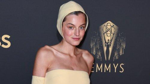 Focus sulle unghie a stiletto sfoggiate da Emma Corrin agli Emmy Awards 2021