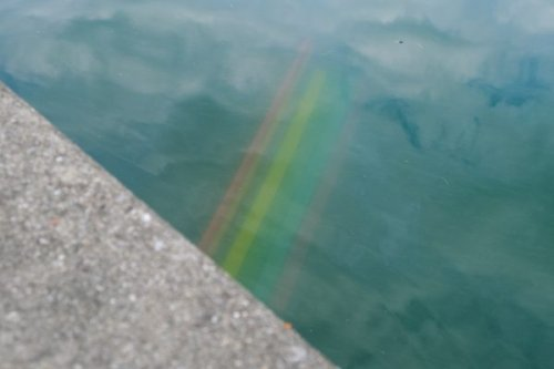 Bregenz: Regenbogen-Bank im Bodensee versenkt