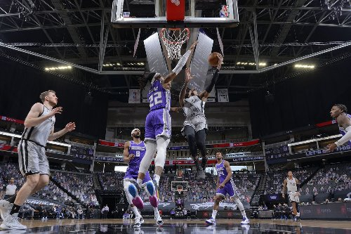 Kings end winning streak with loss to Spurs