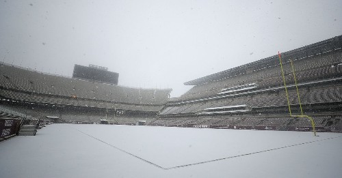 TEXAS A&M'S KYLE FIELD GOT COVERED IN SNOW!