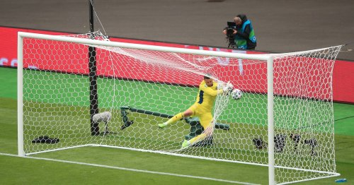 Major Link Soccer: Patrik Schick from 50 yards beats Scotland