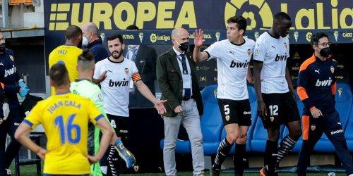 El Valencia abandona el terreno de juego en Cádiz por presuntos insultos racistas a Diakhaby - Vozpópuli