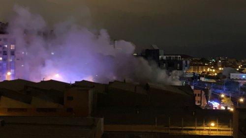 Los bomberos extinguen un incendio en una nave de Puente de Vallecas (Madrid) - Vozpópuli