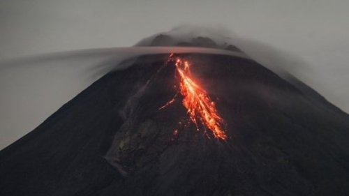 Indonesia's Mount Merapi Volcano Throws Out Hot Clouds 2 Kilometres Into the Sky
