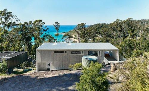 Modern Australian beach house responds to 2015 bushfires