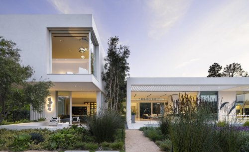 Art and nature converge in this Los Angeles family home