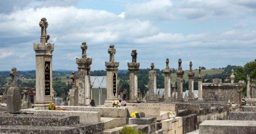 Elle se rend au cimetière et entend du bruit dans une tombe : il faut agir d'urgence !