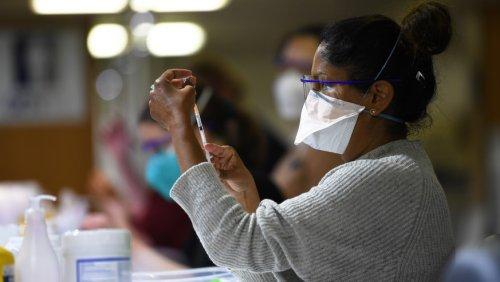 Impfdurchbrüche fordern aufgrund fehlender Drittimpfung erste Opfer