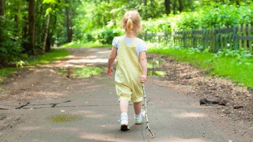 Vierjähriges Mädchen marschiert alleine los und fährt Bus