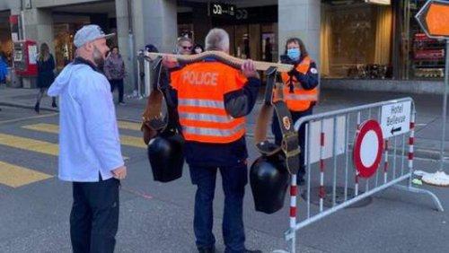 Polizist mit Trychel – dieses Foto an Anti-Impf-Demo sorgt für Wirbel