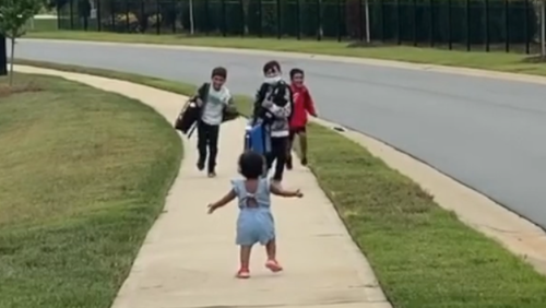 Kleinkind umarmt ihre grossen Brüder – und geht viral 🥰