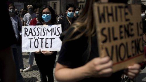 """""""Die Polizei muss aufhören, bewaffnet aufzutreten"""": Aktivist über rassistische Polizeigewalt in Deutschland"""