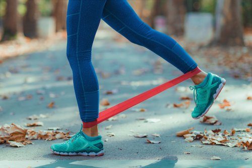 The 7-Day Resistance Band Training Plan for Arms, Core and Glutes That Gets an A+ for Small Spaces