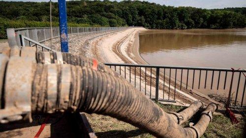 Baggerunternehmer schaufelt Abfluss der Steinbachtalsperre frei