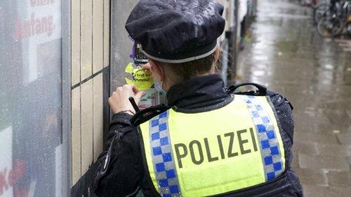 """Jetzt beschäftigen """"Pimmelgate""""-Aufkleber die Hamburger Polizei"""