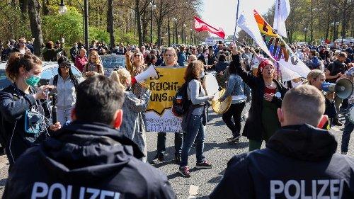 Berliner Polizei löst Protest der Maßnahmen-Gegner auf
