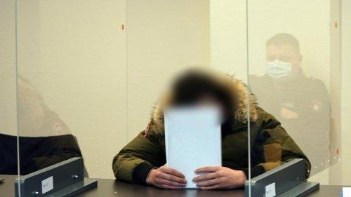 Während die Angeklagten schweigen, sagt ihr Opfer detailliert aus