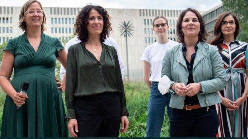 Grüne schneiden Männer aus Gruppenfoto heraus, um Frauen-Überzahl zu betonen