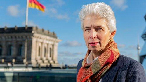 """""""Richtig, die Zeremonie mit Fackeln im Dunkeln vor dem Reichstag zu machen"""""""