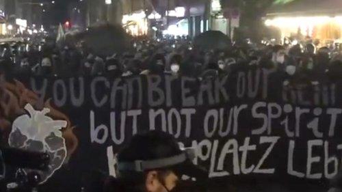 Tausende Demonstranten ziehen durch Kreuzberg - Polizei mit Pyrotechnik beschossen