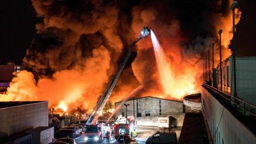Große Rauchsäule über Hamburg – Feuerwehr warnt Bevölkerung