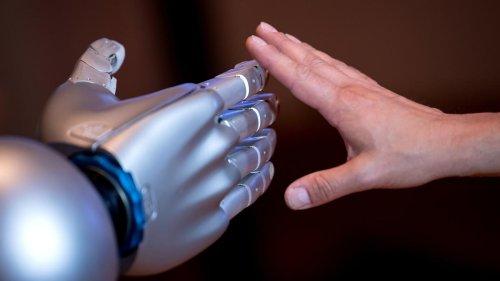 Menschen reagieren positiv auf Berührung von Roboter