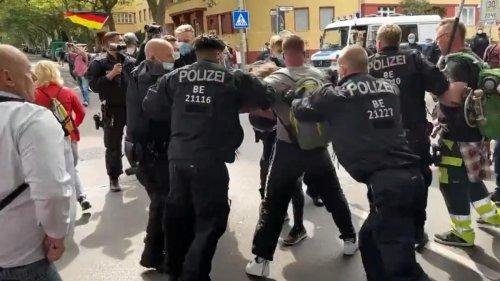 """Pfeffersprayeinsatz und Rangeleien bei """"Querdenken"""" in Berlin"""