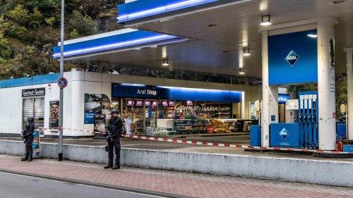 """""""Der Tankstellenbedienstete wird zum Polizisten"""""""