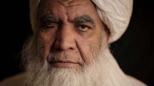 Taliban stellen Tote zur Schau und hängen sie an Kran auf