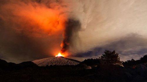 Lavafontänen und Explosionen: Ätna auf Sizilien ausgebrochen