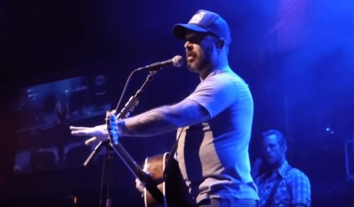 """Aaron Lewis vs The Fans"" Compilation Video Highlights Some Of His Most Outrageous Onstage Rants"