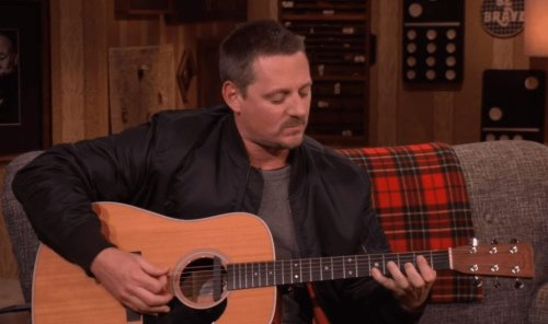 """Sturgill Simpson Talks Psychedelic Drugs, Plays """"Turtles All The Way Down"""""""