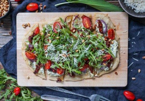 Line macht Flammkuchen mit Bärlauch-Ziegenkäse-Creme, Tomaten und Rucola