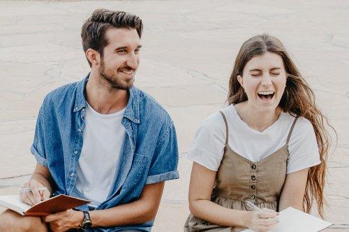 Flirten lernen: Mit diesen Tricks wickelst du jede:n um den Finger!