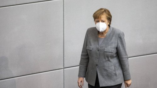 Angela Merkel im Badeanzug: Dieses Merkel-Denkmal ist richtig gemein