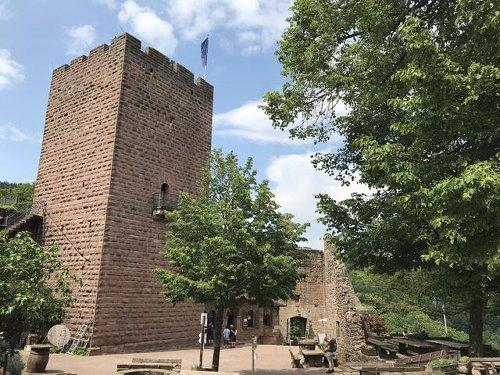 Burg Landeck thront über der Rheinebene