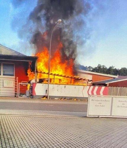 Wohnwagenbrand greift auf Haus über